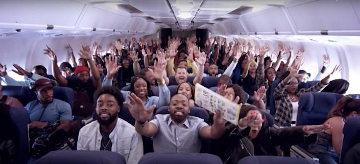 CDC заявляет, что в самолетах следует оставлять средние сиденья пустыми, чтобы уменьшить распространение COVID-19 - после того, как все крупные авиакомпании США решили, что в этом нет необходимости