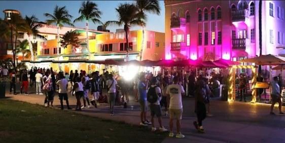 Случаи COVID-19 во Флориде после весенних каникул резко возросли, и число смертей от новых вариантов растет